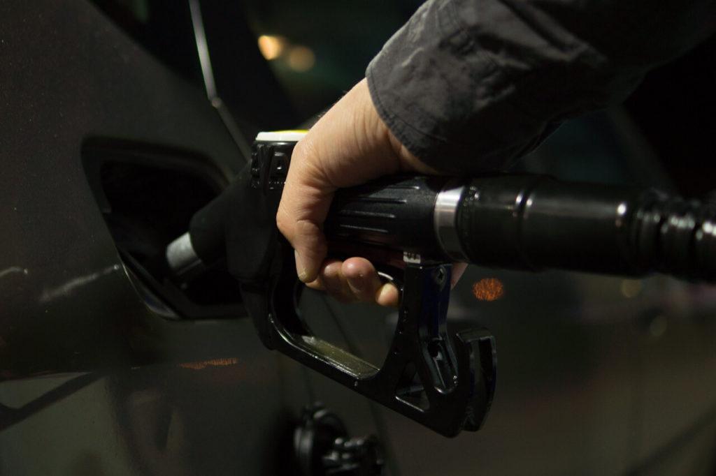 Tankování nafty do auta na benzínce