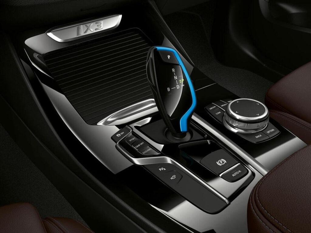 BMW iX3 řazení elektrického SUV