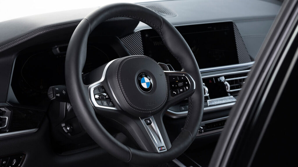 Inkas-BMW-X7-volant
